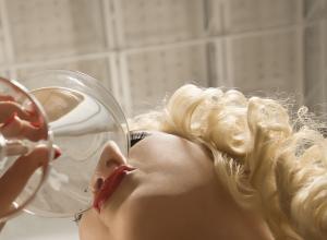 Злоупотребляющие спиртным дамы могут довести до импотенции