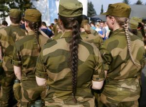 Норвежский армейский эксперимент: парни и девушки в одной казарме