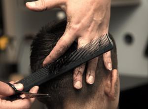 Владелицу норвежской парикмахерской, отказавшуюся стричь мусульманку, оштрафовали на 1200 долларов