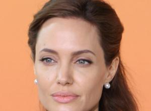 СМИ сообщили о намерении Джоли стать лесбиянкой