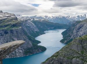 Норвегия: ради удачного кадра на Языке Тролля туристы рискуют жизнью