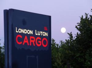 В аэропорту Лондона арестован пассажир, который пытался выйти из самолета