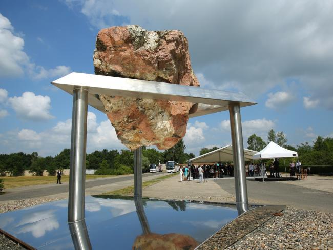 ЕЕК открыл в Терезине монумент в память о жертвах концентрационного лагеря Терезиенштадт