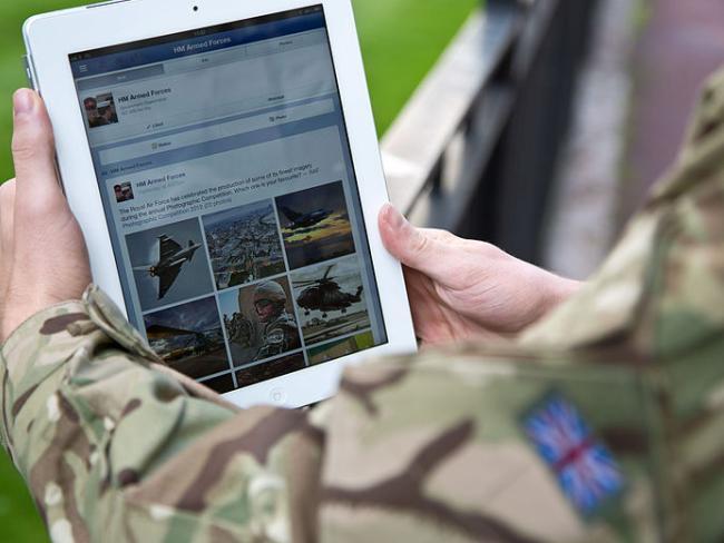 В работе социальных сетей Facebook и Instagram произошел сбой