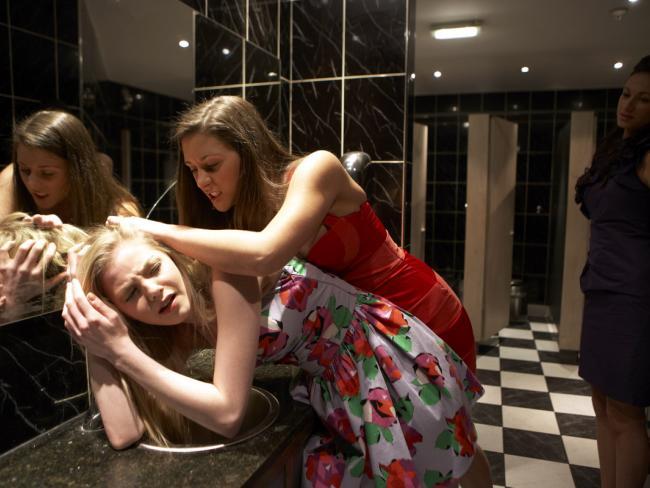туалете в парня и два девушка