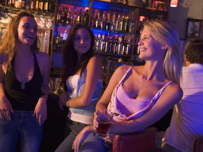 Женщины чаще мужчин ищут партнера на одну ночь