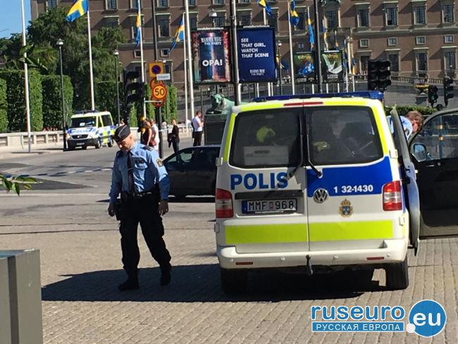 В центре Стокгольма мужчина с ножом напал на полицейских